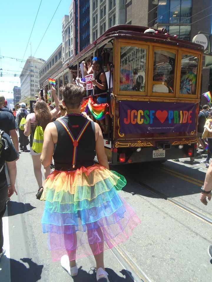пожилие нудисти на параде