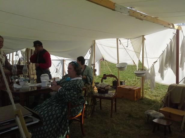 Медицинская палатка после показа помощи раненым. Все вымыто и сушится. Быт военного лагеря.